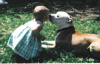 Donas kissing Sierra